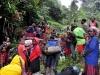 Ostatnia blokada drogi przez miejscowe klany, trekking na Carstensz, 27 IV 2011